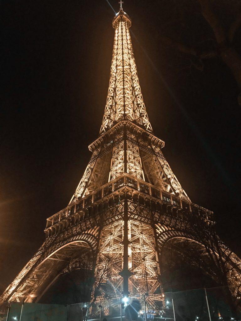 Torre Eiffel illuminata Parigi